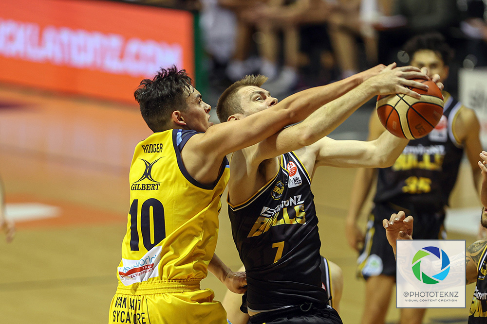 Bulls Adam Dunstan and Nuggets Richard Rodger grapple for the ball during the NBL match between the Otago Nuggets and the Franklin Bulls, National Basketball League held at Trusts Stadium, Auckland, New Zealand. 2 July 2020. Copyright Photo: Shane Wenzlick / www.photosport.nz